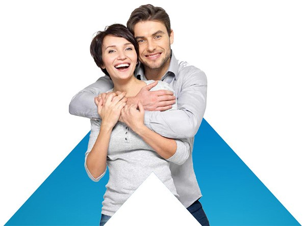 תמונת רקע עם לוגו איתנים וזוג צעיר מחובק